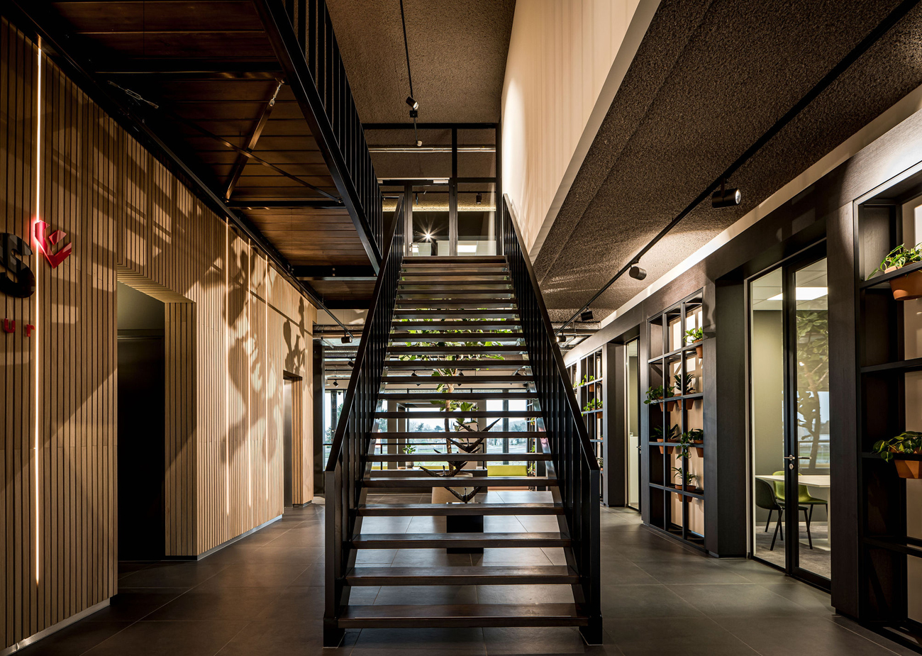 Interieurarchitect Stan Wildenberg industrieel kantoor Lomans totaalinstallateur Capelle interieur ontwerp trap vide